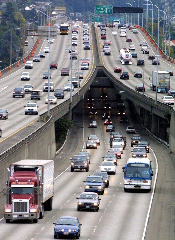 ein großer LKW auf der Autobahn